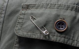 Как носить правильно булавку от сглаза и порчи