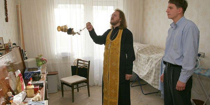 Как правильно освещать квартиру святой водой