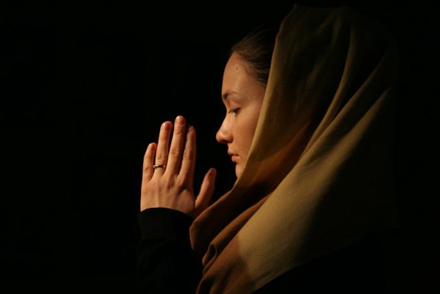 Можно ли молиться при месячных дома