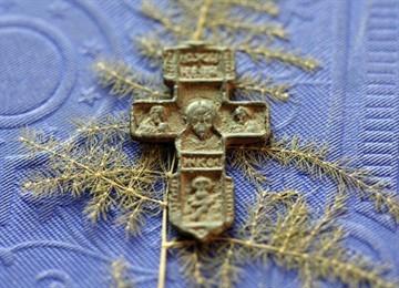 Как освятить крестик купленный в магазине в домашних условиях и в церкви?